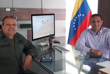 GB. Armando Villarroel presidente de Müröntö (der) y el Cnel. Gonzalo Gómez director de la Escuela de Comunicaciones y Electrónica de la FANB